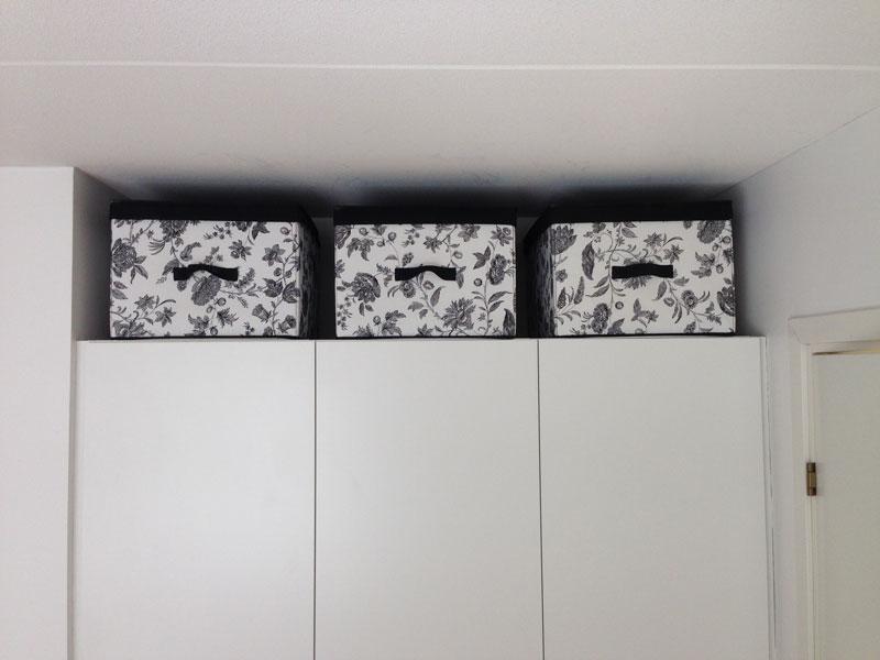 Våra säsongslådor förvaras ovanför garderoberna i sovrummet. En till varsin till Herr och Fru Minimalist och en gemensam för barnen.