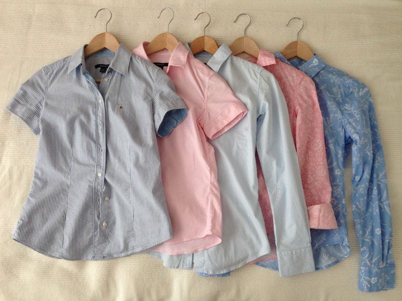 Tre långärmade och två kortärmade skjortor. Mer än så behövs inte för Fru Minimalist.