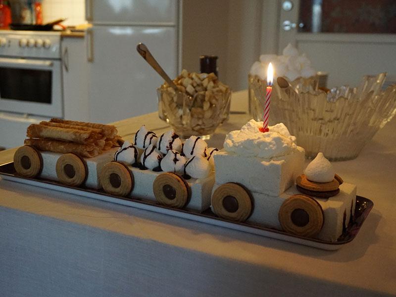 födelsedagståg som tårta