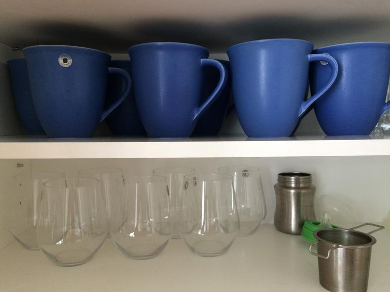 Tekoppar och vattenglas i minimalisternas köksskåp.