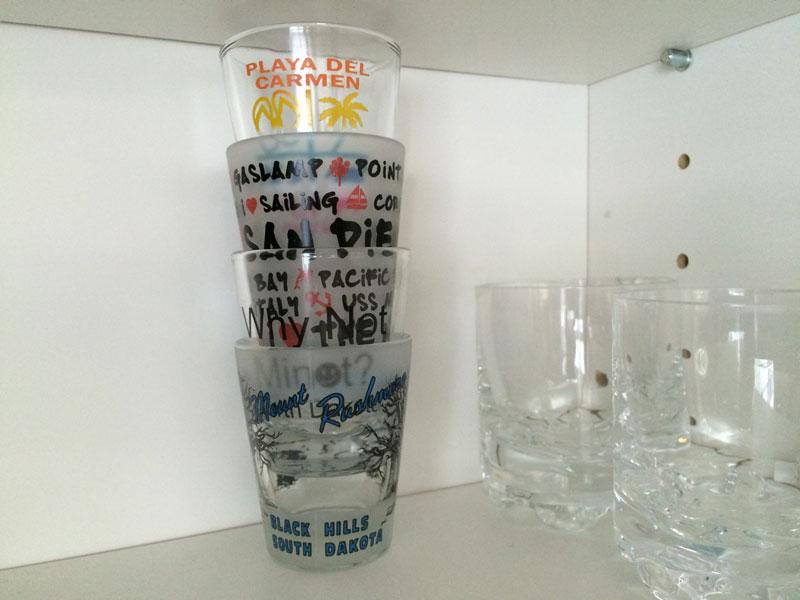 Kvarvarande snapsglas har tagit plats bredvid whiskeyglasen i köksskåpet.