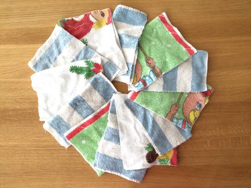 Före detta handdukar som numera utgör tvättlappar/torktrasor till barnen.