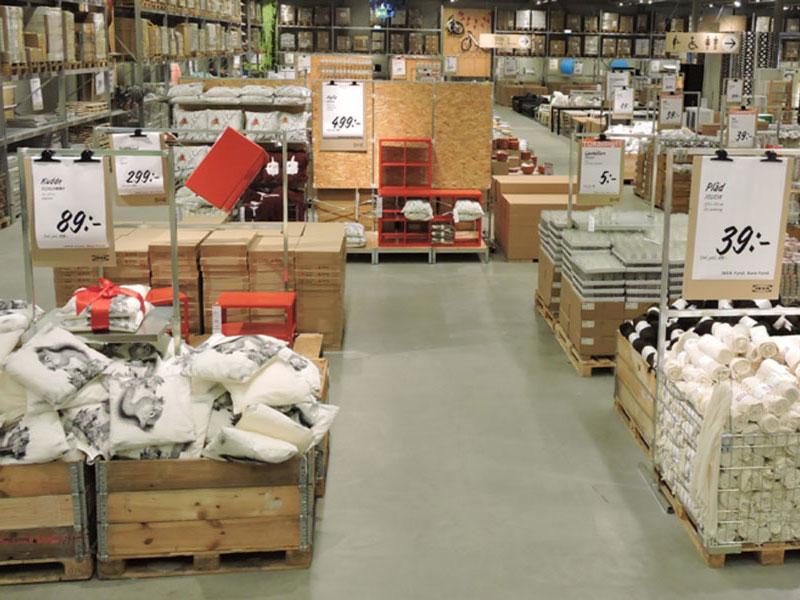 """""""Kom och fynda"""" skriker skyltarna här och var på IKEA."""